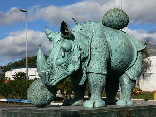 rinoceronte en puerto banus españa